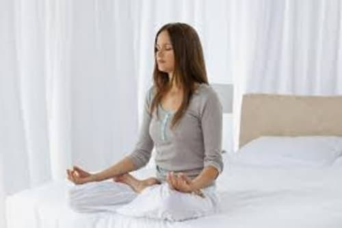 beneficios de meditar en la cama